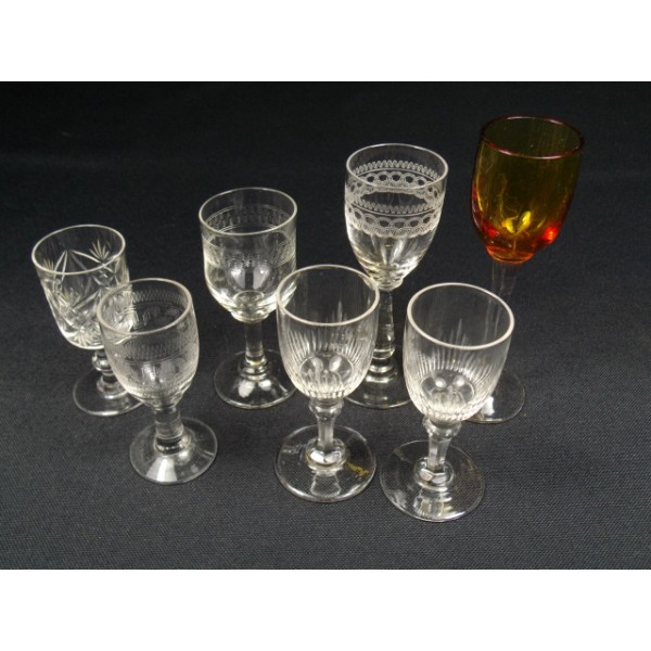 lot de 7 verres pied liqueur brocante lestrouvaillesdecaroline. Black Bedroom Furniture Sets. Home Design Ideas