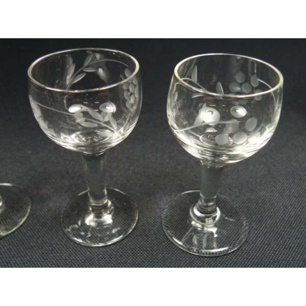 lot de 7 verres liqueur pied brocante lestrouvaillesdecaroline. Black Bedroom Furniture Sets. Home Design Ideas