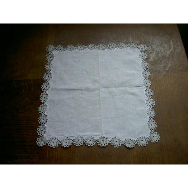 Napperon en lin bord de dentelle au crochet brocante lestrouvaillesdecaroline - Napperon dentelle crochet ...